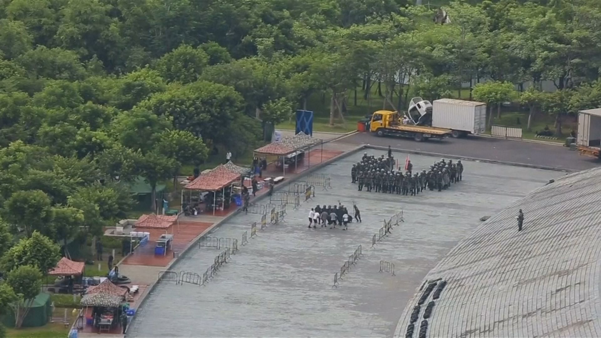Paramilitares chinos simulan enfrentamientos con manifestantes