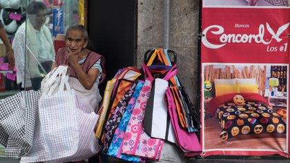 Una mujer de la tercera edad vende bolsas para mandado en el Centro Histórico (Foto: Cuartoscuro)