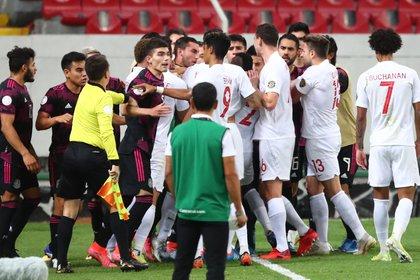 Previo al término de la primera parte, los jugadores de Canadá y México tuvieron un momento empujones y jaloneos (Foto: REUTERS/Henry Romero)