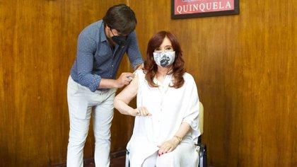Cristina Kirchner al recibir la primera dosis de la vacuna Sputnik V (Twitter: @CFKArgentina)