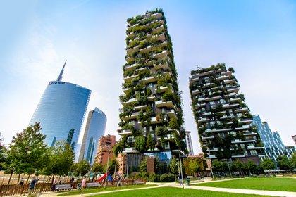 El edificio Bosco Verticale, ubicado en Milán, cuenta con varios pisos que tiene balcones muy grandes, llenos de plantas gigantes, en las alturas (Shutterstock)