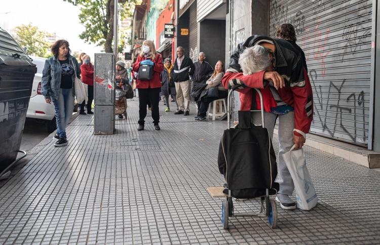 Filas de jubilados en un cajero de Villa Urquiza