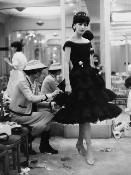 "Coco Chanel en plena acción: últimos detalles del ""little black dress"" antes de salir a pasarela"