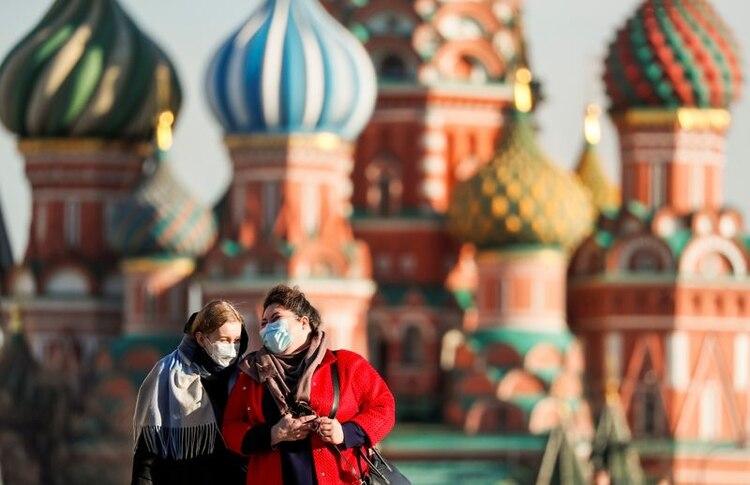 Mujeres con máscaras de protección usadas como prevención de la enfermedad del coronavirus (COVID-19) atraviesan la Plaza Roja en el centro de Moscú, Rusia, 26 de marzo de 2020. REUTERS/Shamil Zhumatov