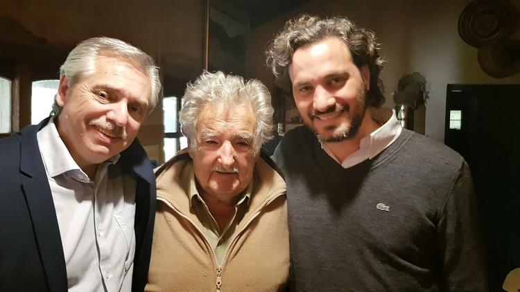 Alberto Fernández y Santiago Cafiero junto a Pepe Mujica en la última visita a Uruguay