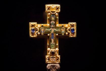 """El """"tesoro Guelph"""" contiene piezas de arte religioso muy valiosas como este crucifijo (AP)"""