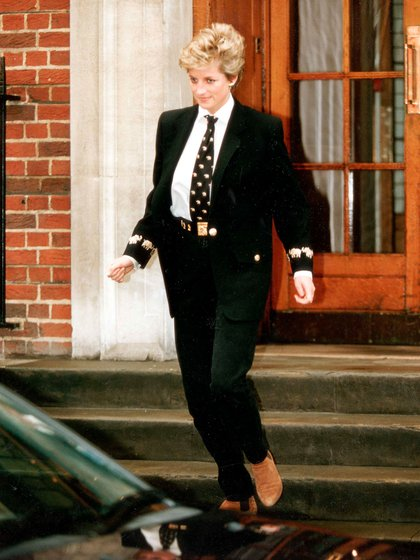 Diana en 1994, a su salida del hospital St. Marys. Era un icono de la moda y decidió retar a las revistas con atuendos masculinos, que también lograron ser tendencia (Shutterstock)