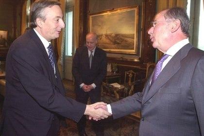 Kirchner estrecha la mano de Rodrigo Rato, director del FMI, cuando todavía aceptaba el envío de misiones de revisión del organismo
