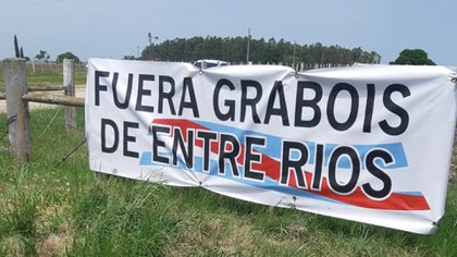 Una de las banderas en el alambrado del campo de la familia Etchevehere, en Entre Ríos