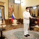 El dictador de Venezuela, Nicolás Maduro, entrega las credenciales al embajador de Rusia en Venezuela, Sergey Melik-Bagdasarov, ambos con máscaras debido al brote de la enfermedad del coronavirus en el Palacio de Miraflores en Caracas (Reuters)