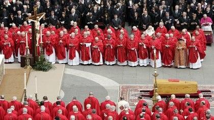 Cardenales, obispos, reyes, jefes de Estado y Gobierno y otros dignatarios asistieron a los funerales de Juan Pablo II, cuyo cuerpo descansaba en un sobrio ataúd de madera de ciprés. REUTERS/Alessandro Bianchi (Abril de 2005)
