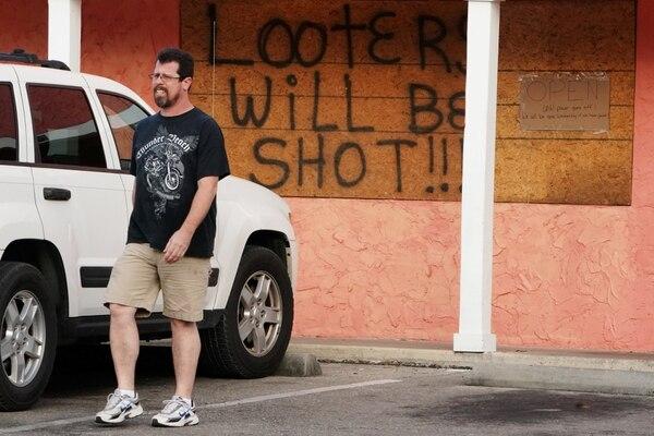 """""""Los saqueadores serán baleados"""" dice el cartel en una tienda en Carrabelle, Florida (REUTERS/Carlo Allegri)"""