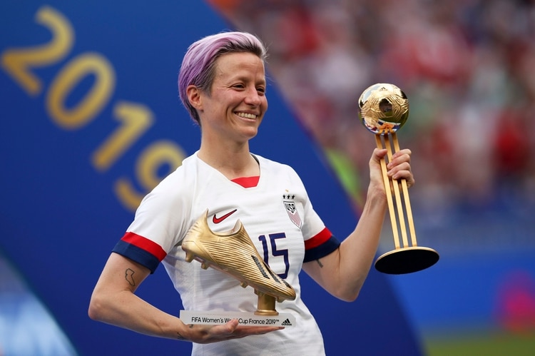 Megan Rapinoe posa con el Botín de Oro y el Balón de Oro, los trofeos que recibió como la mejor jugadora y la máxima anotadora de la Copa Mundial de fútbol femenino