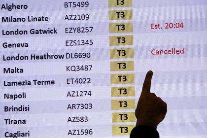 Un tablero de llegadas muestra un vuelo cancelado de Londres en el aeropuerto de Fiumicino después de que el gobierno italiano anunciara que todos los vuelos hacia y desde el Reino Unido se suspenderán por temor a una nueva cepa del coronavirus
