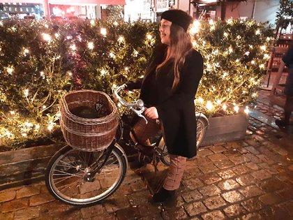 Satya recorre la ciudad con su bicicleta