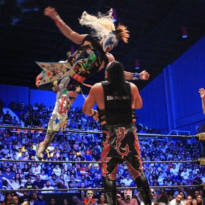Psycho Clown lanzándose desde la tercera cuerda (Foto: Instragram/ @luchalibreaaa)