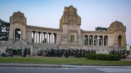Camiones militares y soldados del Ejército italiano transportan cuerpos a ciudades cercanas en los peores días de la pandemia en Bérgamo, debido a que los cementerios locales ya no daban abasto Sergio Agazzi. Fotogramma via REUTERS