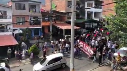 """Los carteles de despedida y una pancarta con la que los asistentes acompañaron el cortejo fúnebre indican que el fallecido es Édgar Pérez Hernández, conocido con el alias de """"el Oso"""" y presunto jefe de la banda """"Niquía Camacol"""""""