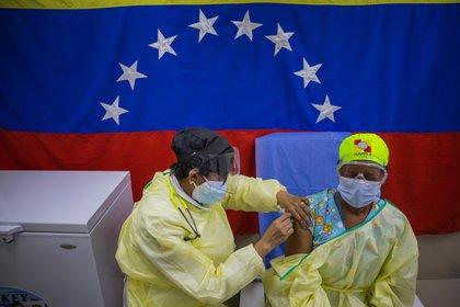 Una persona recibe una vacuna contra el COVID-19 en Caracas (Venezuela). EFE/Miguel Gutiérrez/Archivo