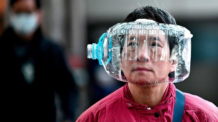 La escasez de mascarillas obliga a implementar todo tipo de recursos, aunque no todos son efectivos (AFP)