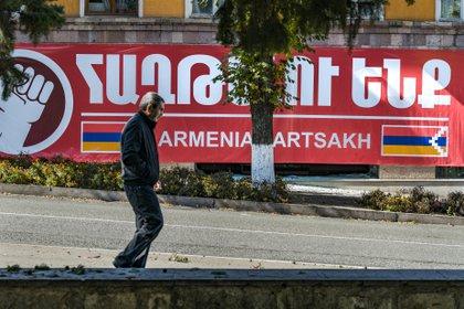 Un hombre camina por una calle de Stepanakert, capital de Nagorno Karabaj (Europa Press)