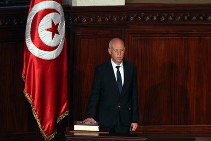 El presidente tunecino, Kais Saied, recibió hoy al ministro argelino de Exteriores, Sabri Boukadoum, para discutir sobre la situación de seguridad en la región, principalmente en la vecina Libia. EFE/EPA/MOHAMED MESSARA/Archivo