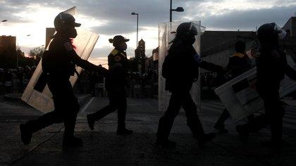Las manifestantes anunciaron que la policía usaba sus escudos de protección para evitar el paso de las manifestantes a ciertos espacios públicos (Foto Reuters/Carlos Jasso)