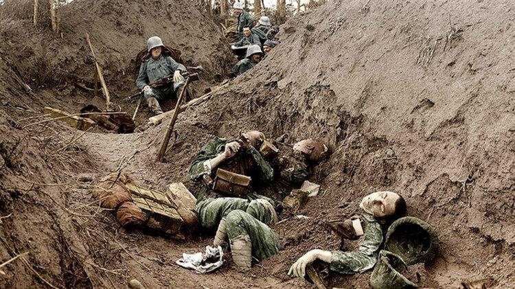 Soldados alemanes observan a sus compañeros muertos en una trinchera