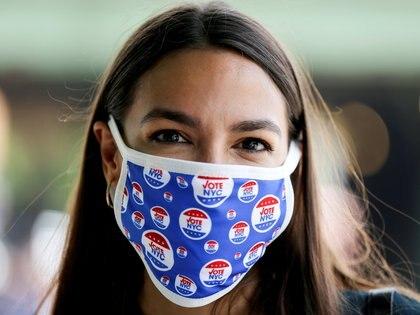 Alexandria Ocasio-Cortez ganó las primarias demócratas en su distrito con el 72,9% de los votos frente a una candidata moderada (Foto: REUTERS/Caitlin Ochs)
