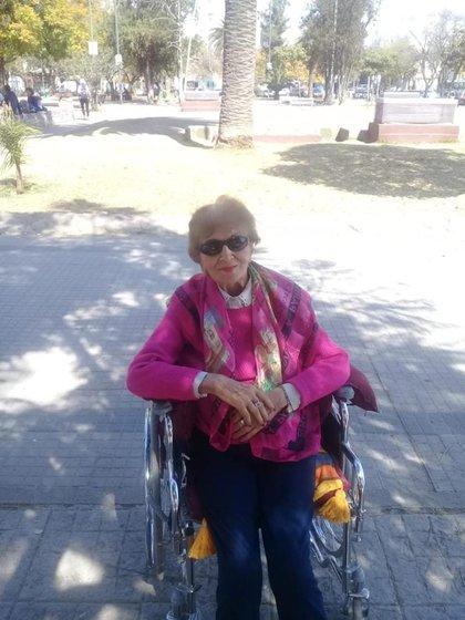 Francisca sufrió dos roturas de cadera y a pesar de que le pusieron prótesis se mueve en silla de ruedas