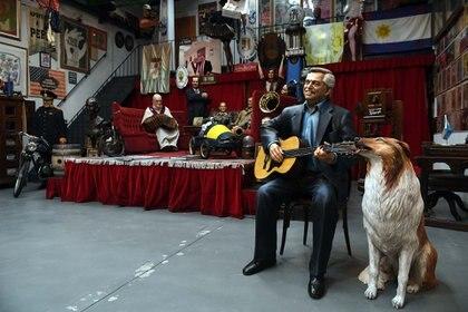 Alberto Fernández con su guitarra y su collie Dylan, la última obra que recibió el café