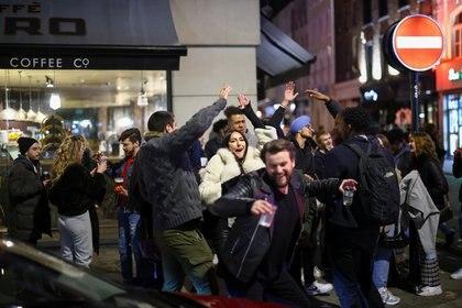 Un grupo de personas se divierte en una calle del Soho, mientras se alivian las restricciones de la enfermedad por coronavirus (COVID-19), en Londres, Gran Bretaña, el 12 de abril de 2021. REUTERS / Henry Nicholls