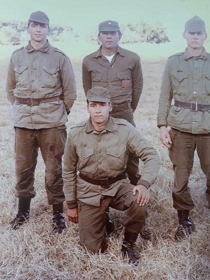 Víctor Rodríguez -arrodillado. junto a sus compañeros del Regimiento 7