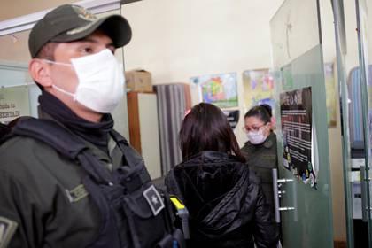 Una mujer entra en una oficina de la Fuerza de Tarea Anti-Violencia de Bolivia FELCV, después de acusar a su pareja de abuso doméstico en La Paz, Bolivia, el 22 de abril de 2020 (REUTERS/David Mercado)