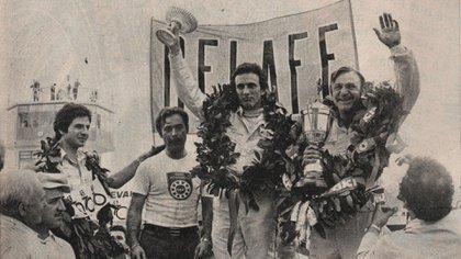 Histórico podio en Buenos Aires en 1976 que reúne 13 títulos de TC: a la izquierda Roberto José Mouras, el Flaco Traverso y Héctor Luis Gradassi