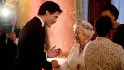 La Reina Isabel II saluda al Primer Ministro canadiense Justin Trudeau el 19 de abril de 2018 (Matt Dunham/Pool vía Reuters)