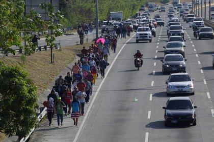 ES1005.SAN SALVADOR (EL SALVADOR), 20/01/2019.- Unas 60 personas, parte de una caravana migrante, parten hacia EEUU este lunes, desde San Salvador (El Salvador). EFE/ Rodrigo Sura