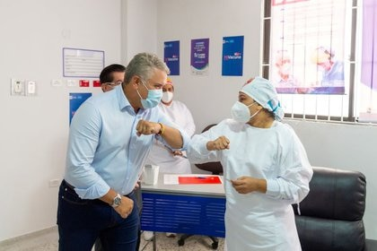 El presidente de Colombia, Iván Duque, y Verónica Machado, jefa de enfermería del Hospital Universitario de Sincelejo, chocan los codos después de que ella recibió una dosis de la vacuna de Pfizer/BioNTech contra el COVID-19 en el inicio de la campaña de vacunación contra el coronavirus en el Hospital Universitario de Sincelejo, en Sincelejo, Colombia, 17 de febrero, 2021. Cortesía de la Presidencia de Colombia /vía REUTERS ATENCIÓN EDITORES: ESTA IMAGEN FUE PROPORCIONADA POR UN TERCERO NO REVENTAS NO ARCHIVO