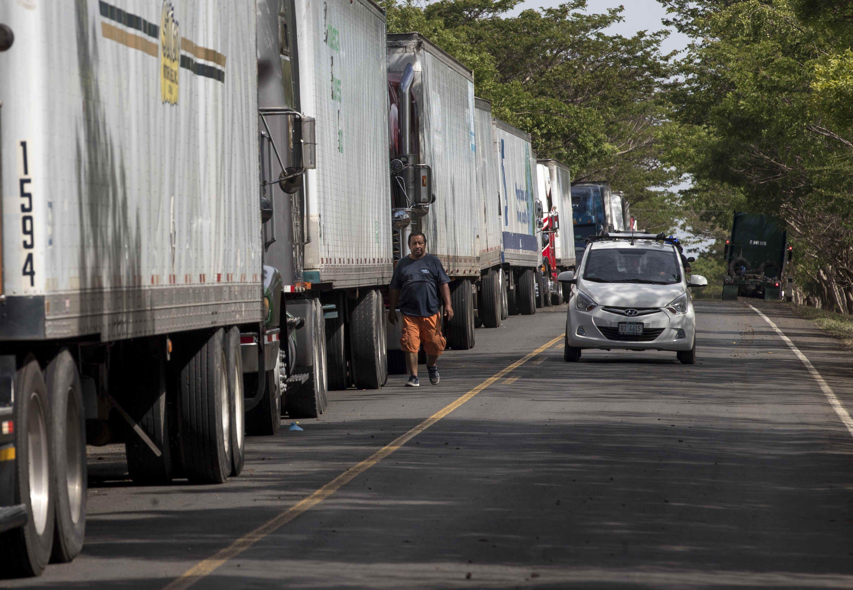 """Esta """"ruta sanitaria segura"""", que es seguida por GPS y que permite al transportista estar en Costa Rica por 72 horas como máximo, es el acuerdo que alcanzó este país con Panamá y al que espera se unan el resto de países de Centroamérica y sus respectivos sectores de transporte. EFE/Jorge Torres/Archivo"""