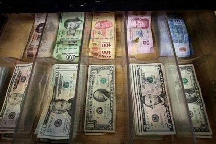 El peso se apreció 0.41 % frente al tipo de cambio de la jornada anterior, cuando el dólar cotizó en 19.69 unidades (Foto: Reuters/ José Luis González)