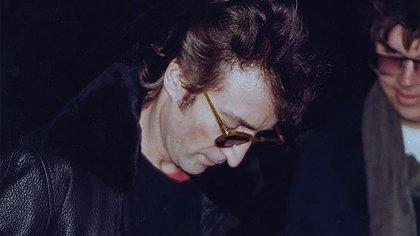 La única imagen existente de John Lennon y Mark Chapman, cuando el músico le firmó un disco a su asesino, cinco horas antes del crimen