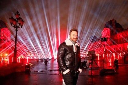 El DJ francés David Guetta posa frente a la Pirámide del Louvre antes un concierto en vivo para recaudar fondos en la víspera de Año Nuevo, en París, Francia. 29 de diciembre de 2020 (REUTERS/Charles Platiau)