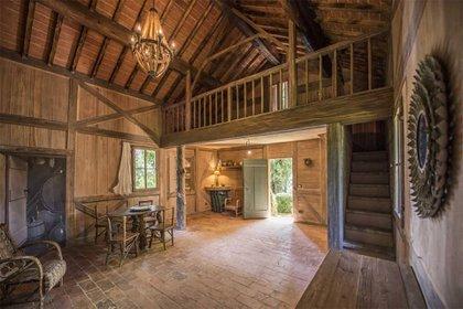 Su tamaño es inusual para una propiedad en el campo y hace que la villa se sienta más como un palacio de la ciudad