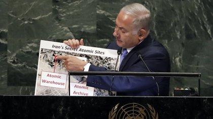 Netanyahu muestra los mapas de la presunta instalación nuclear en Turquzabad (AP)