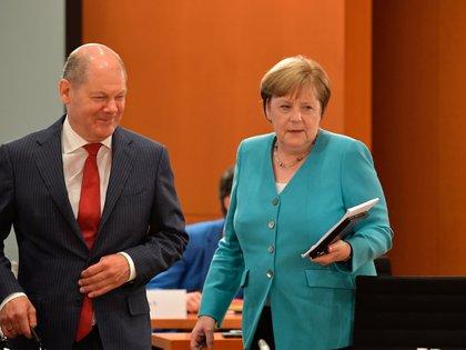 La Canciller alemana Angela Merkel y el Ministro de Finanzas Olaf Scholz llegan a la reunión semanal del gabinete en la Cancillería de Berlín, Alemania, el 17 de junio de 2020. (Tobias Schwarz/Pool vía REUTERS/Foto de archivo)