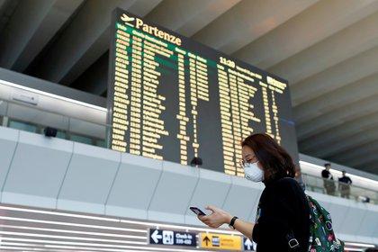 Una pasajera utiliza una máscara en el aeropuerto romano de Fiumicino.  REUTERS/Yara Nardi/File Photo