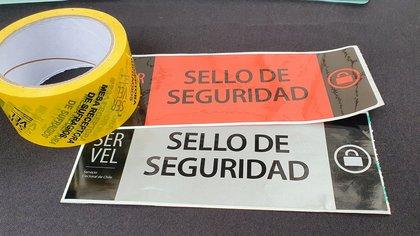 """Los sellos y los las huinchas que servirán como protección para las urnas de las """"mega elecciones"""" chilenas."""