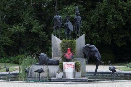 En Bruselas fue vandalizada otra estatua del rey Leopoldo II (REUTERS/Yves Herman)