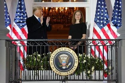 El presidente de Estados Unidos, Donald Trump, aplaude a la jueza de la Corte Suprema de Estados Unidos, Amy Coney Barrett, después de que prestó juramento en la Casa Blanca.   REUTERS/Jonathan Ernst
