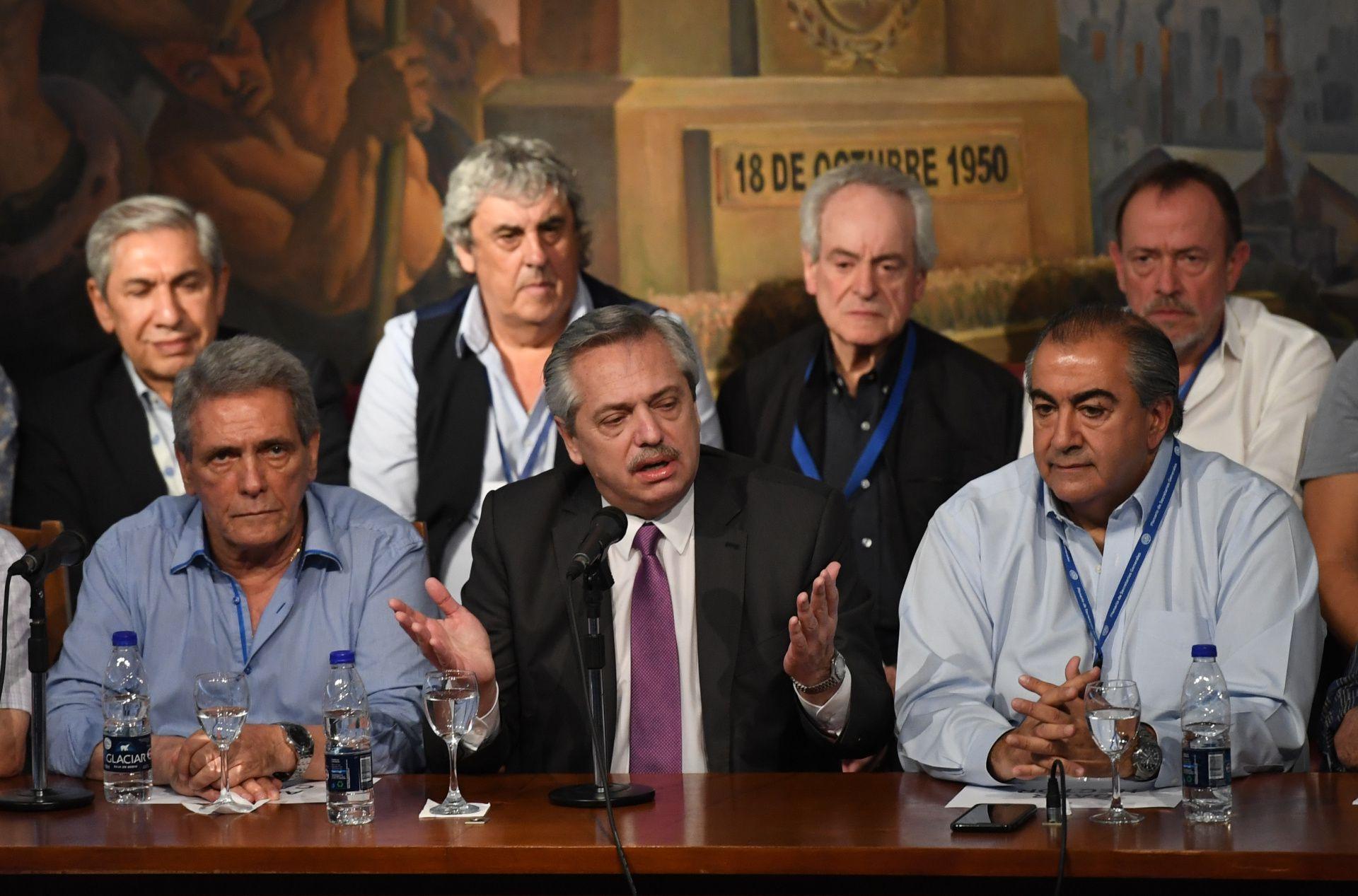 Alberto Fernández durante la visita que hizo a la sede de la CGT.